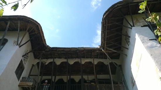 Skenduli House: facciata interna con terrazza