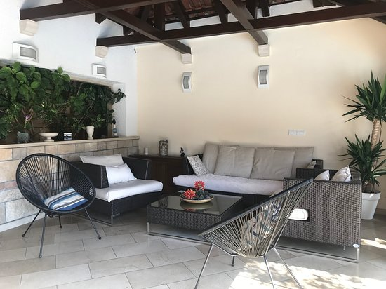 Selca, Croatia: Lovely lounge area beside outdoor dining table