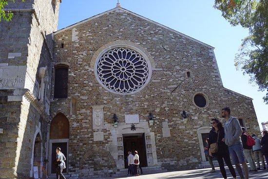 Cattedrale di San Giusto Martire : Entrén till katedralen