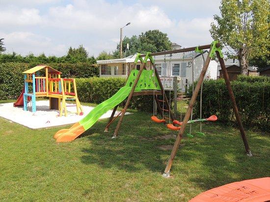 Les Moutiers-en-Retz, Frankrike: Aire de jeux pour enfants avec trampoline