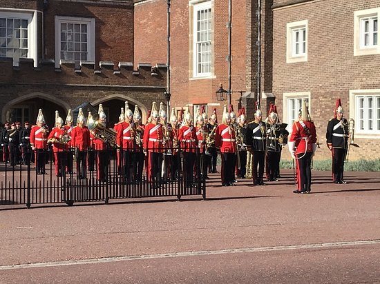 Begeleide wandeling in Londen met wisseling van de wacht: The New Guard and Band forming up at St James Palace.