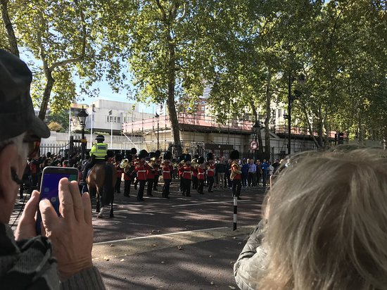 Begeleide wandeling in Londen met wisseling van de wacht: The Old Guard and Band on their way to Buckingham Palace.