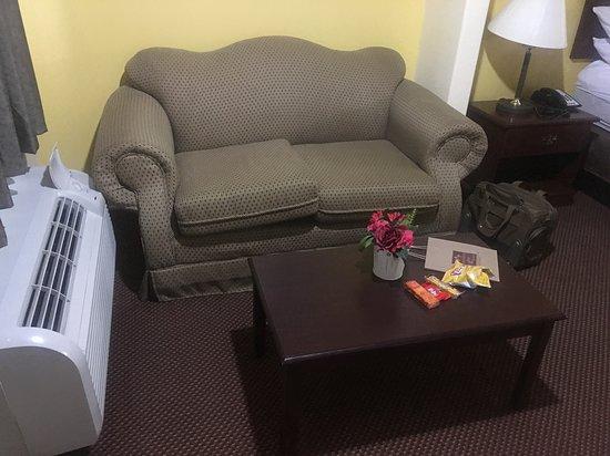 "Magnolia, Техас: Old cheap furniture and ""decor."""