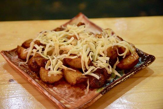 Πατάτες BBQ (baby πατάτες σωτέ με καπνιστή μπριζόλα, θυμάρι, barbeque sauce και καπνιστό τυρί Με