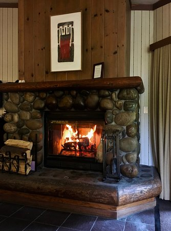 Sunnyside Restaurant and Lodge: Warmth of The Fire