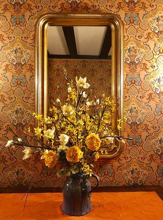 Gottlieben, سويسرا: richtig schön, die alten Tapeten kombiniert mit goldigen Elementen.