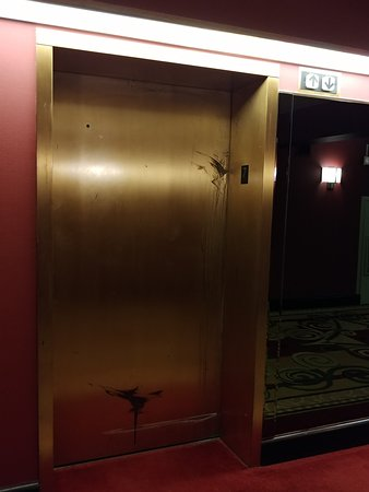 Islandia, Nowy Jork: Elevator door and surround.