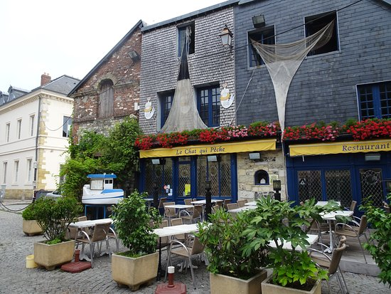 """Honfleur, Francia: The """"cat who fishes"""" is the name for this cute restaurant"""