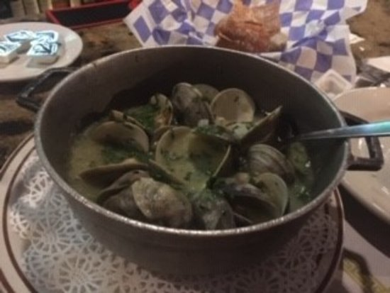 East Newark, Nueva Jersey: Clams in green sauce - delicious!