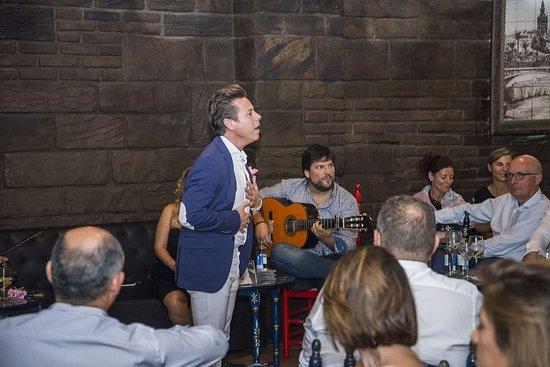 Foto De Tablao Flamenco Lola De Los Reyes Sevilla Toni Espino Cantando Tripadvisor