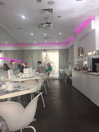 Hotel Luxe: Breakfast bar.