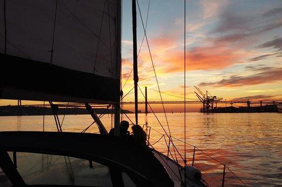 Excursão particular de barco ao pôr...