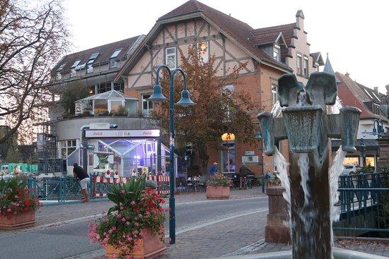 Hockenheim, Germany: Gegenüber dem Brunnen in der Karlsruher Str