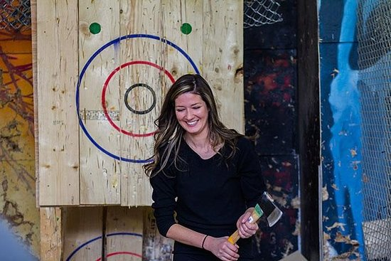 Axe Throwing bei BATL - Die Backyard ...