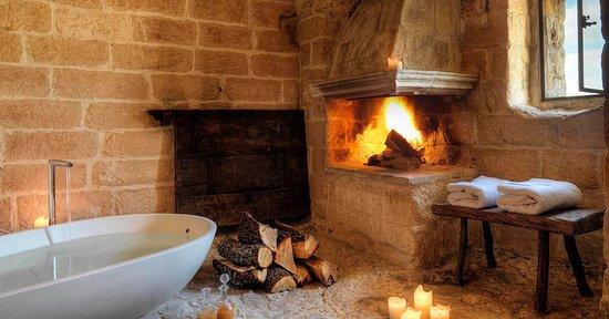 Vasca Da Bagno Romantica Con Candele : Vasca da bagno con rose e candele u video stock viafilms