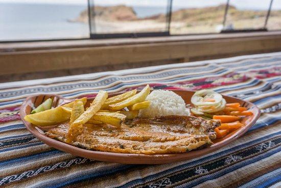 Puno Region, بيرو: Auf Taquile Island solltest du unbedingt die gebratene Forelle probieren! Der hier traditionell zubereitete Fisch wird direkt aus dem Titicacasee geangelt, und landet, zusammen mit Reis, Pommes und einem leckeren Salat aus Tomaten, Chili, Zwiebeln und Limettensaft, fangfrisch auf dem Tisch. Sehr lecker! #Werbung #Abenteuerreise #Rundreise