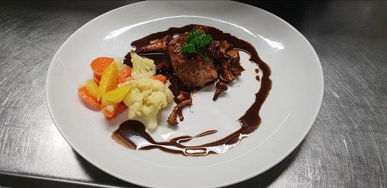 Gingins, สวิตเซอร์แลนด์: Pavé de veau aux chanterelles, légumes vapeur