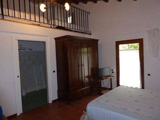 Montecalvo in Foglia, Italia: Großes Zimmer im Erdgeschoss