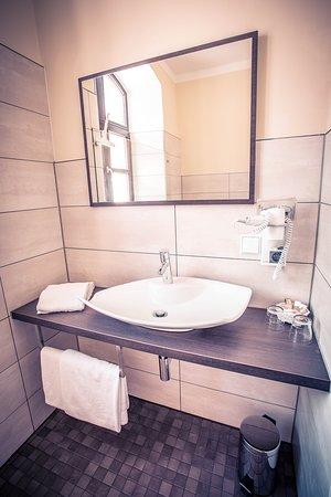 Burgau, Tyskland: Doppelzimmer- Badezimmer
