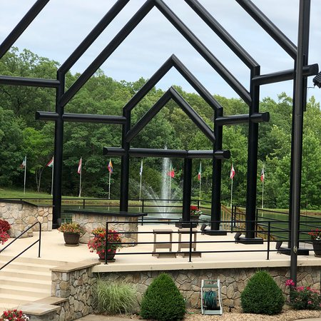 Laurie, MO: Lovely altar with very tall super structure behind the 14foot sculpture of Mart