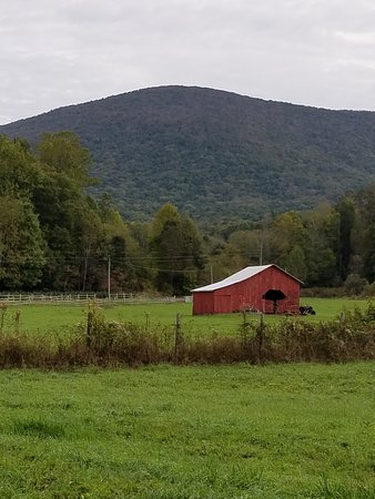 Sundog Outfitter: Nice farms along the trail