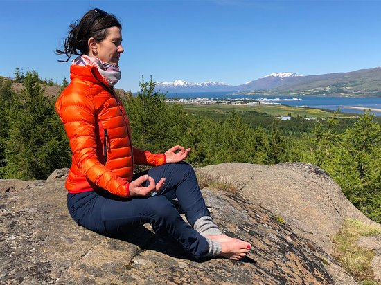 Inspiration Iceland: Yoga on the cliffs