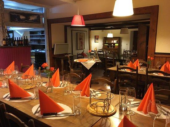 Saint-Maurice, Suíça: salle bar et resto au fond