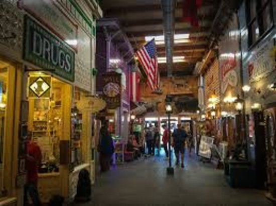 """Уолл, Южная Дакота: the """"mall"""" inside of Wall Drug"""