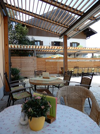 Grassau, Germany: Mietenkamer Dorfladen Cafeterrasse