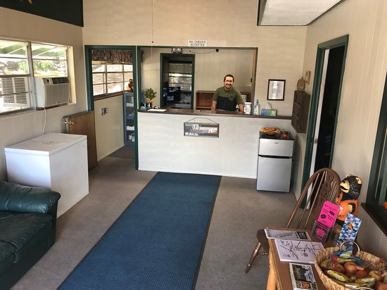 High Country Lodge : Front Desk