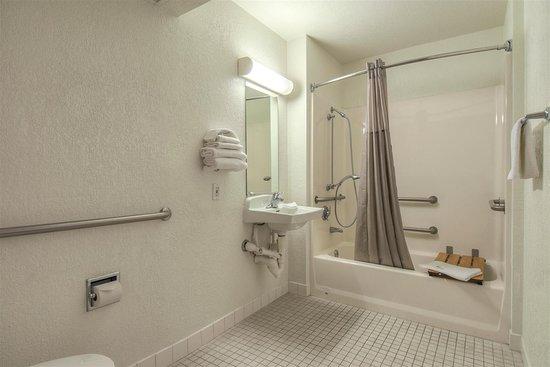 Jurupa Valley, קליפורניה: m  bathroom