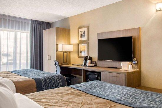 Comfort Inn Aeroport Dorval: Spacious room with queen beds