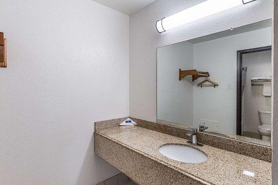 Lancaster, TX: bathroom