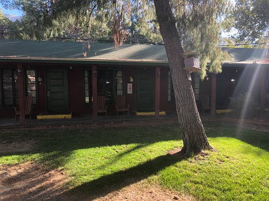 Kernville Inn: Front of room in courtyard