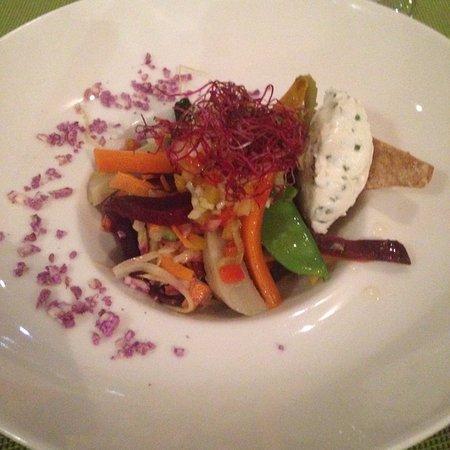 Salade de légumes, crus et cuits du moment, vinaigrette aux aromates, sablé au romarin, fromage