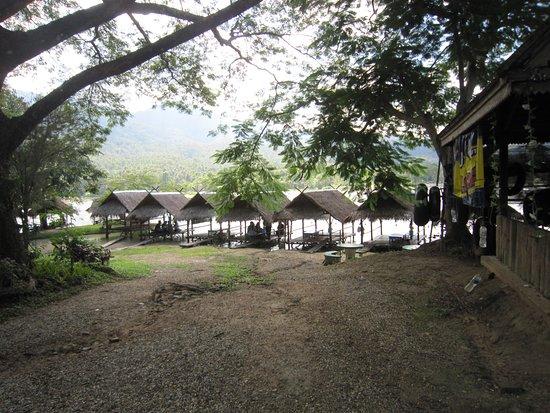 Don Kaeo, Thailand: 7池畔の小屋
