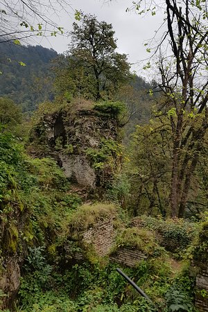 Fuman, Iran: دیوارهای خزه گرفته ی قلعه در قله ی کوه