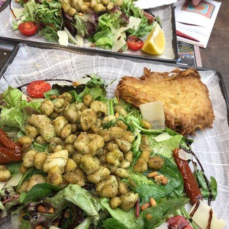 Des grenouilles posées sur une salade pleine de vinaigre... Y avait-il d'ailleurs de l'ail et du