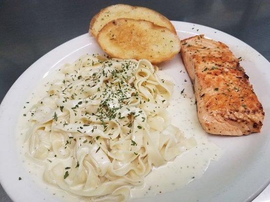 Uhrichsville, OH: Bates Restaurant And Lounge
