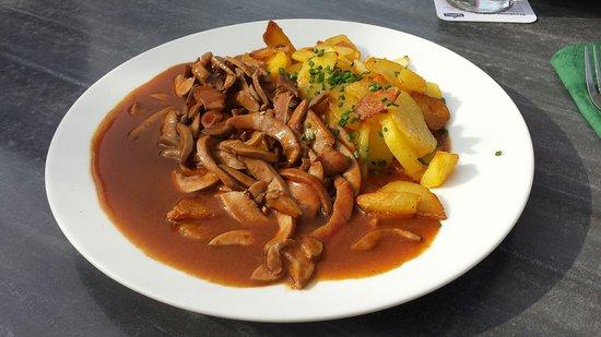 Gottmadingen, เยอรมนี: Saure Nierle mit Bratkartoffeln
