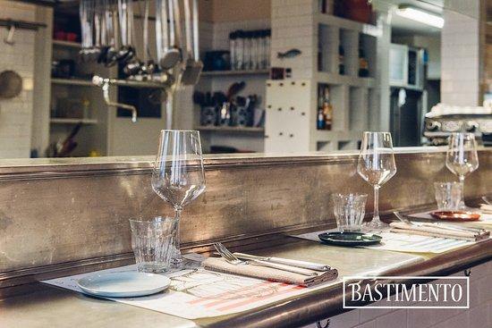 Il bancone per le degustazioni con la cucina a vista - Picture of ...