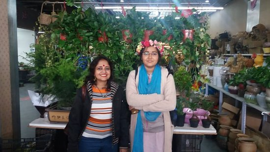 Chenggong County, Κίνα: with my friend in front of a flower shop