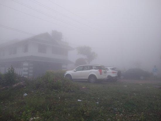 Kuttikkanam, Indien: Building Covered in Mist