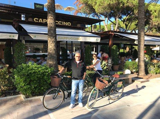 Familia en Capuccino Marbella con nuestras bicicletas.