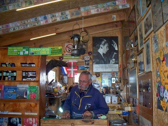 Tierra del Fuego National Park, อาร์เจนตินา: Simpático estafetero y virtual embajador ante visitantes tan diversos e interior de la oficina