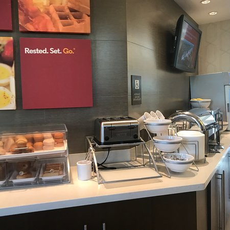 Comfort Suites Miami Airport North: Photos of the hotel and breakfast.