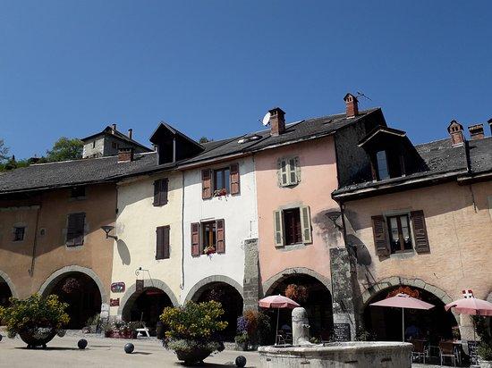 Alby Sur Cheran, ฝรั่งเศส: Jolie façade sur belle place mais....