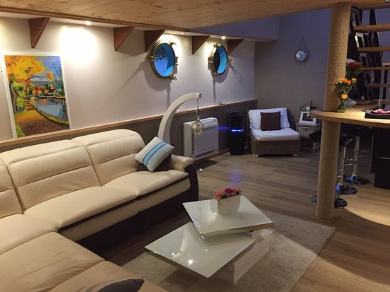 Maconge, France: Interior - Main Cabin