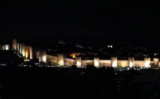 The Four Posts: Vista nocturna