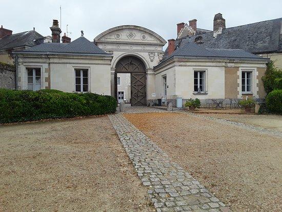 Le Lude, فرنسا: entrée château vue intérieur coure.